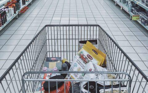 Stretta sull'obesità infantile: in Gran Bretagna vietati snack e caramelle alle casse dei supermercati